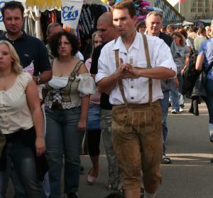 Bei traditionellen Festen und auch sonst tragen Herren gern ihre Lederhosen